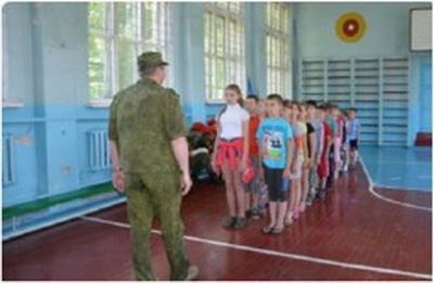 В Горловке в пришкольных лагерях детей учат строевой подготовке