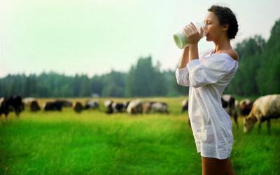 Кому нельзя пить молоко