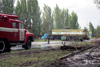 На выезде из Горловки на Донецкую трассу бензовоз крушил деревья и столбы