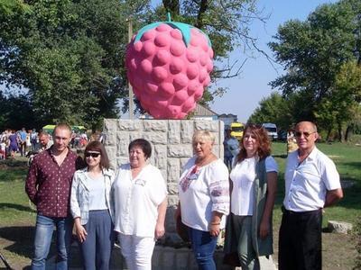 В Запорожской области установили памятник малине