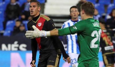 Вратарь сборной Украины пропустил два мяча в дебютном матче за испанский клуб
