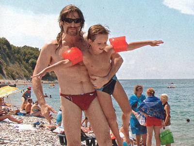 Никита Джигурда с сыном Артемием на берегу Черного моря.