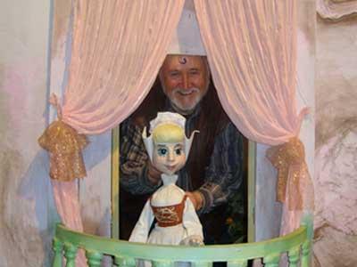 «Весь мир - театр, а кто-то - кукловод!» - усмехается Анатолий Поляк, перефразируя Шекспира и демонстрируя Золушку.