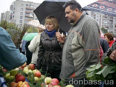 Посетители пробовали дары садов на вкус.