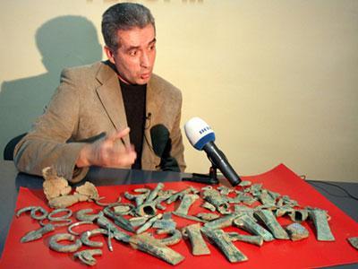 Иосиф Кобаль презентует закарпатский бронзовый клад, который называют наибольшей археологической находкой в Украине. Фото УНИАН.