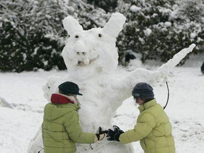 Снеговики подчас принимали совсем уж нетрадиционный вид.