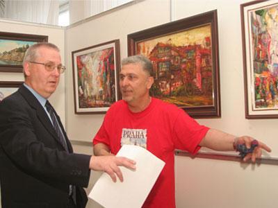 Вице-консул Республики Чехия в Донецке Владимир Слаби и донецкий художник Александр Мелконян нашли общий язык, обсуждая далекие страны, изображенные на картинах.